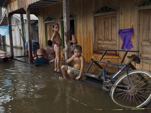 Contato com água contaminada é fator de contaminação  (Foto: Bruno Kelly/Reuters)