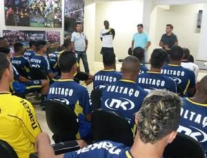 Diretoria conversa com atletas na sede do clube (Foto: Igor Bravo/Fair Play Assessoria)
