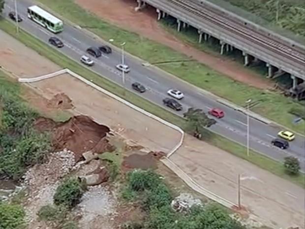 Erosão invadiu uma das faixas da Avenida Elmo Serejo, no DF (Foto: TV Globo/Reprodução)
