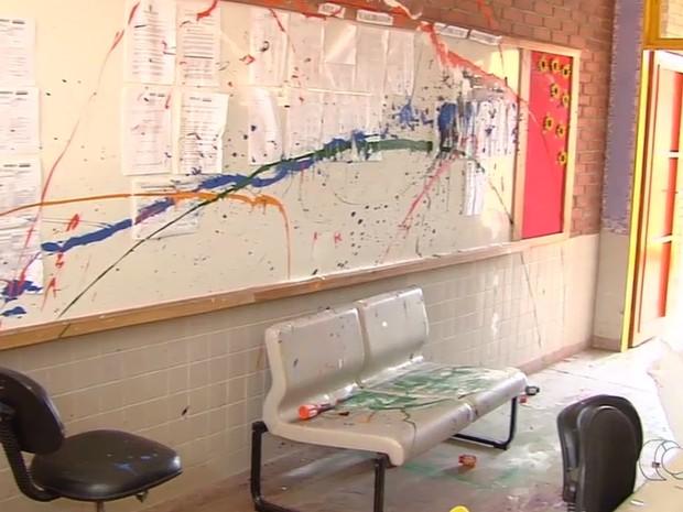Escola estadual foi vandalizada nesta terça-feira (12) em Aparecida de Goiânia Goiás (Foto: Reprodução/TV Anhanguera)