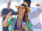 De biquíni, Jessica Alba exibe barriga sequinha em ida à praia
