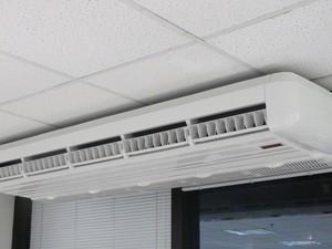 Modelo split piso teto é o mais recomendado para grandes ambientes (Foto: Rafael Miotto/G1)