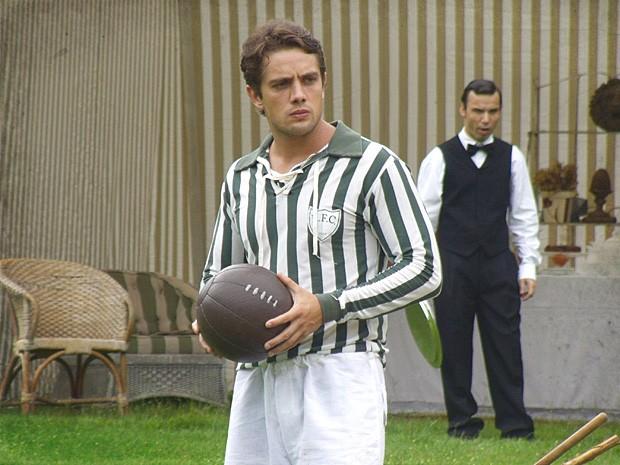 Albertinho percebe que Chico tem talento com a bola (Foto: Lado a Lado / TV Globo)