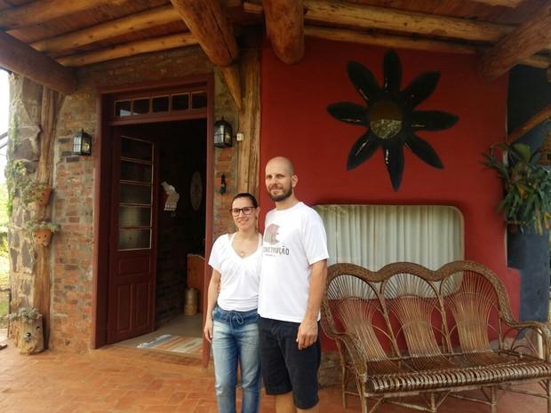 Ricardo e Letícia demoraram três anos para erguer a casa em Guaraciaba (Foto: Eveline Pôncio/RBS TV)
