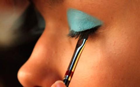 Azul turquesa é aposta de maquiadores para o inverno 2012
