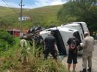 Carreta tomba e deixa motorista ferido na RJ-145, em Valença