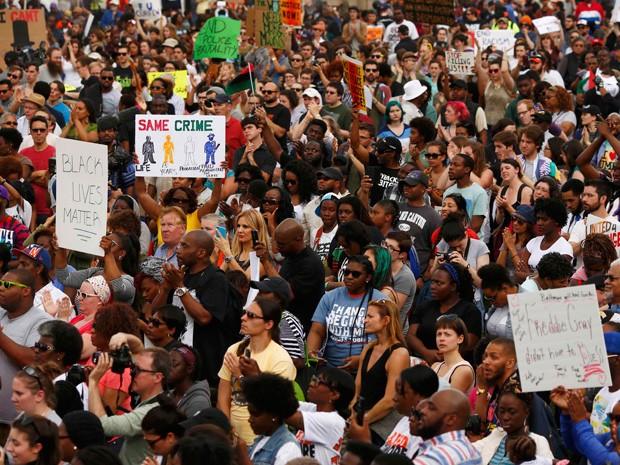 Centenas de pessoas tomaram as ruas de Baltimore neste sábado  (Foto: Lucas Jackson/Reuters)