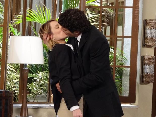 Nando tasca um beijo apaixonado em Juliana (Foto: Guerra dos Sexos/TV Globo)