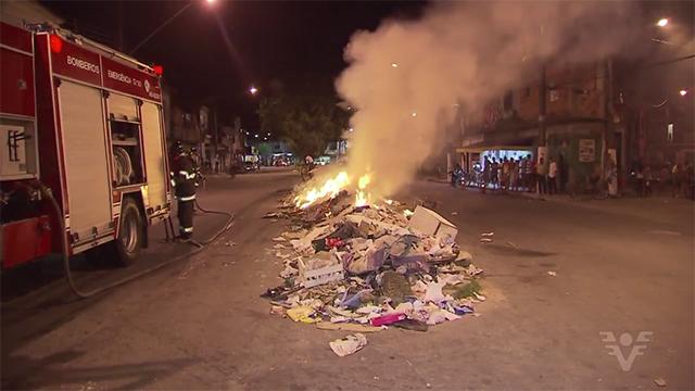 Bombeiros foram chamados para conter o fogo (Foto: Reprodução/TV Tribuna)