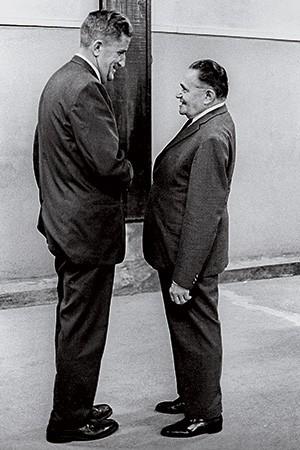 APOIO O coronel Vernon Walters, adido do Exército na embaixada dos EUA, e seu amigo Castelo Branco, líder do golpe (Foto: Gonzales/CPDOC JB/Folhapress )