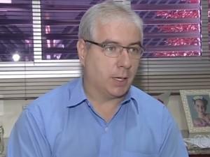 Omar Passos de Carvalho que proibiu aluna de fazer provas por usar piercing em Goiás (Foto: Reprodução/TV Anhanguera)