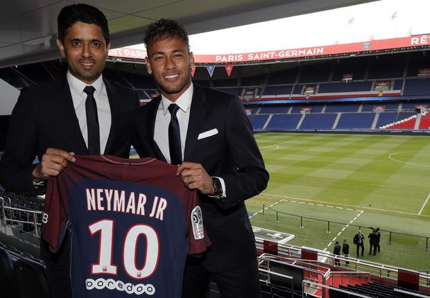 Neymar já está em sua nova casa. O atacante foi apresentado oficialmente nesta sexta-feira como jogador do Paris Saint-Germain e concedeu a primeira entrevista coletiva como atleta do clube, ao lado do presidente da equipe, Nasser Al-Khelaifi (Foto:  C.Gavelle / PSG)