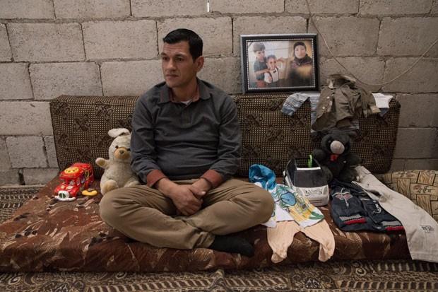 Abdullah Kurdi com brinquedos e outros objetos dos filhos Alan e Galib; ele deu entrevista na casa de sua sogra em Kobane (Foto: Gabriel Chaim/G1)