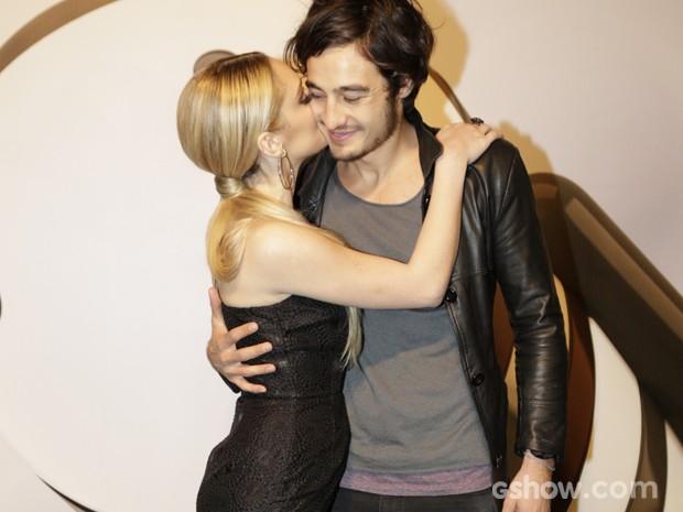 A atriz aproveita para beijar o namorado (Foto: Fábio Rocha / TV Globo)
