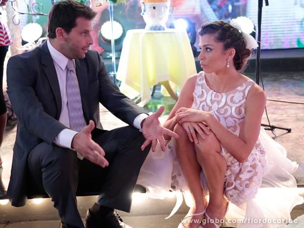 Tempo para os noivos. Henri e Grazi conversam no intervale de cenas (Foto: Flor do Caribe/TV Globo)