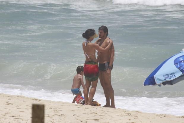 Juliana Knust na praia (Foto: Dilson Silva/Agnews)