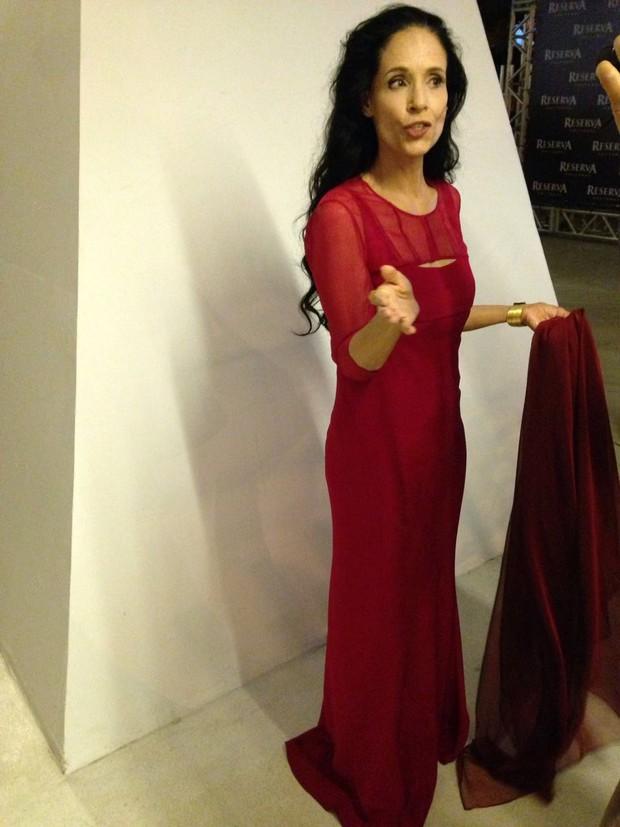 Sônia Braga usa vestido vermelho em lançamento de filme no Brasil (Foto: Rafael Godinho /Ego)