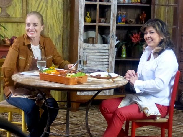 Roberta Miranda e Angélica se deliciam com o cozido (Foto: Estrelas / TV Globo)