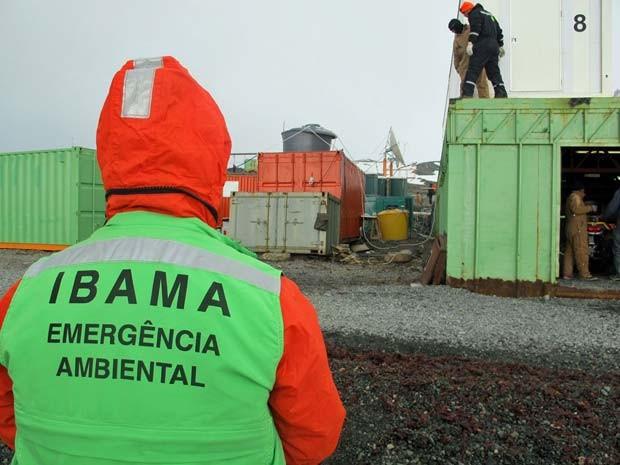 Agentes do Ibama também trabalham no local (Foto: Eduardo Carvalho/G1)