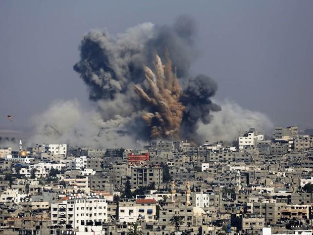 29/7 - Explosão de ataque israelense é vista de longe em Gaza (Foto: Hatem Moussa/Reuters)