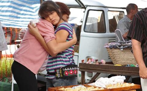 Carolina acaba vendendo canudinhos na feira (Guerra dos Sexos / TV Globo)