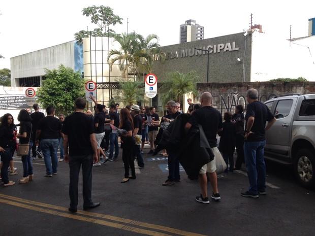 Eleitores foram para a frente da Câmara de Foz do Iguaçu protestar contra o aumento no número de vereadores (Foto: Caio Vasques/ RPC Foz do Iguaçu)