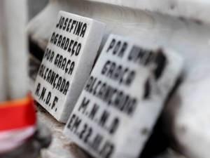 Placas de mármore são oferenda comum para Josephina (Foto: Ingrid Bico/ G1)