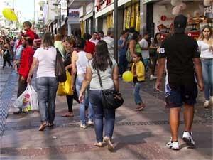 Consumidores fazem compras no centro de Campinas (Foto: Reprodução EPTV)