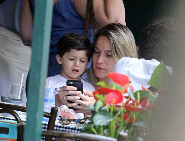 Fernanda Gentil com o filho, Gabriel (Foto: AgNews)