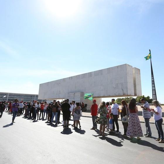 Manifestantes começam a chegar na praça dos Três poderes para acompanhar o pronunciamneto da presidenta Dilma Rousseff  (Foto: Marcello Casal Jr/Agência Brasil)