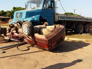 Carro de passeio ficou debaixo do caminhão (Foto: Arquivo pessoal)