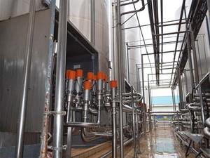 Tanques de armazenagem têm capacidade para 4 milhões de litros de leite (Foto: Leandro Mata/G1)