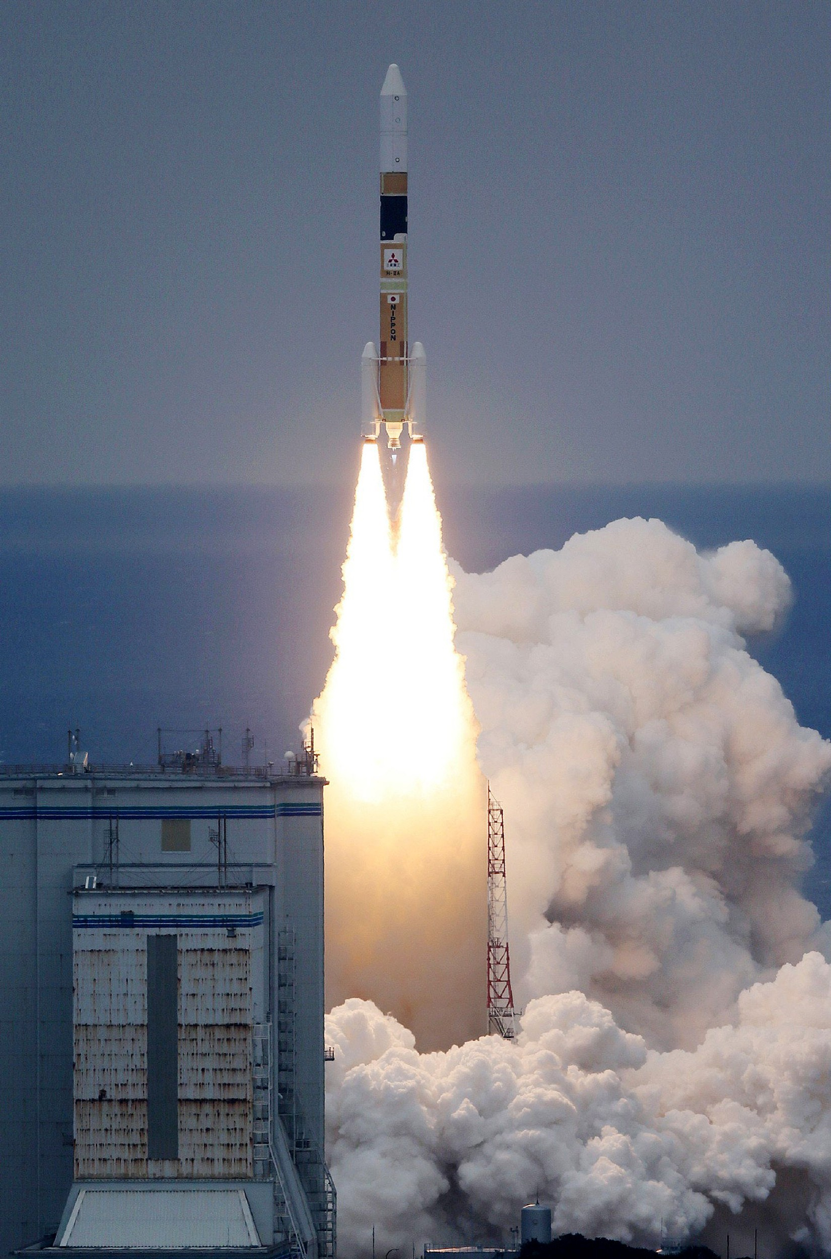 Foguete japonês é lançado com dois satélites (Foto: JIJI PRESS / AFP)