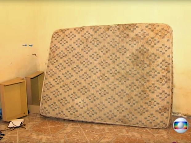 Colchão usado por traficantes em esconderijo (Foto: Reprodução / Globo)