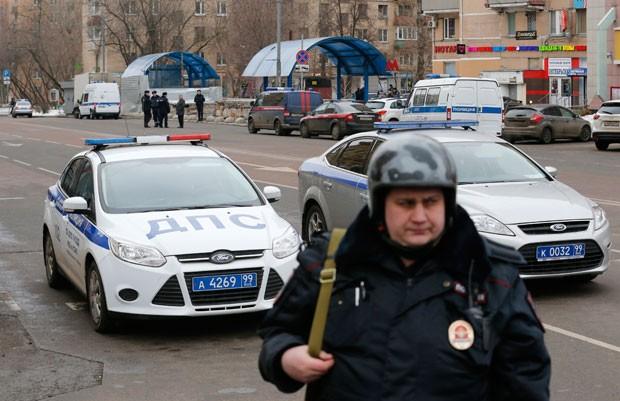 Policial russo é visto perto do local onde a mulher suspeita de assassinar a criança foi detida (Foto: Maxim Zmeyev/Reuters)
