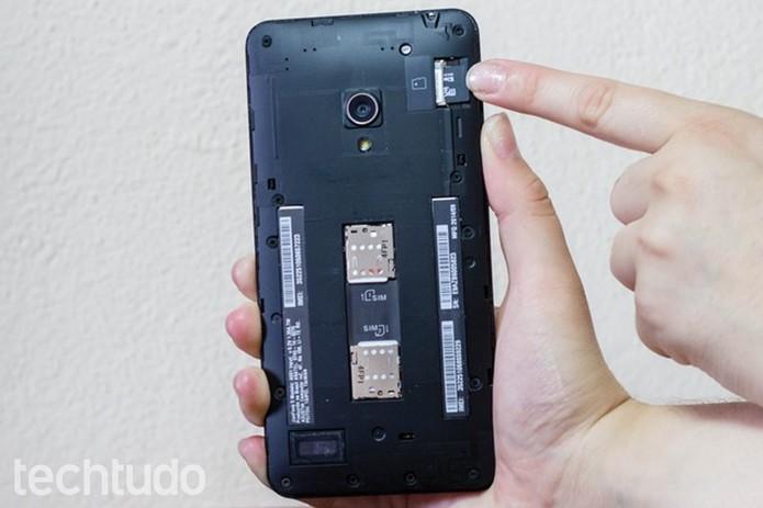 Cartão de memória sendo inserido no Zenfone 5 (Foto: Alessandro Junior/TechTudo)