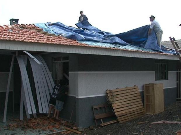 Segundo o Simepar, ventos chegaram a 89 km/h (Foto: Eduardo Andrade/RPCTV)