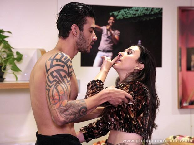 Valdirene agarra Gusttavo Lima, que fica bolado com a periguete (Foto: Amor à Vida / TV Globo)