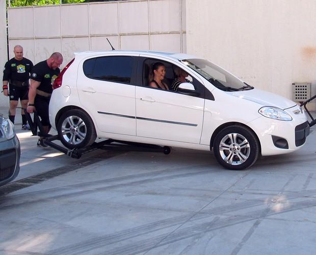 Homem mais forte da América do Sul levanta carro com Ana Maria (Foto: Carolina Berger/Gshow)