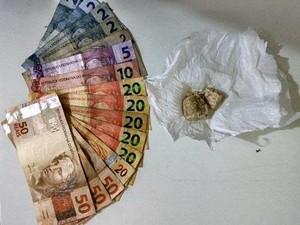 Quase R$ 300 foram apreedidos com o homem referente à venda das drogas.  (Foto: Divulgação/Polícia Civil)