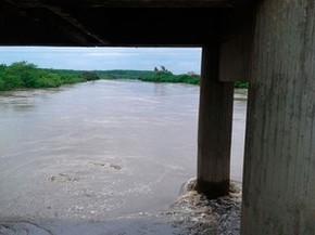Nível do rio subiu sob ponte que dá acesso à cidade (Foto: Divulgação / PM)