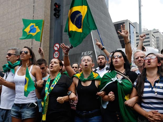 17/03 - Manifestantes protestam na Avenida Paulista, em São Paulo, contra o governo e a nomeação do ex-presidente Lula como ministro-chefe da Casa Civil (Foto: André Penner/AP)