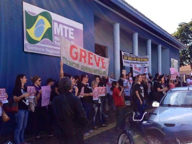Depois da passeata pelas principais ruas da cidade, servidores público federais encerraram a manifestação em frente ao Ministério do Trabalho e Emprego (Foto: Caio Vasques / RPC)