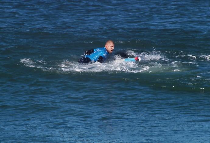 Mick Fanning tenta se desvencilhar de tubarão durante final da etapa de Jeffreys Bay (Foto: Divulgação / WSL)