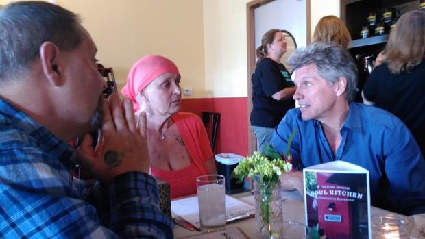 Bon Jovi faz surpresa para fã com câncer  (Foto: Reprodução / Facebook)