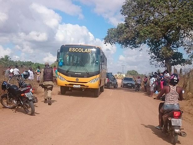 Motociclista morre em colisão com ônibus escolar em Santo Estevão (Foto: Bahia10.com.br)