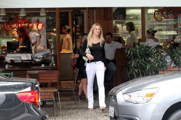 Fiorella Mateis saindo do restaurante Celeiro no Leblon (Foto: Wallace Barbosa/AgNews)