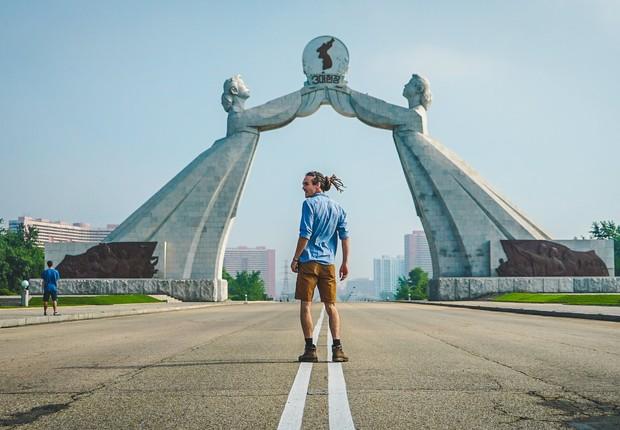 Turista faz pose para foto na Coreia do Norte (Foto: Reprodução/Facebook)