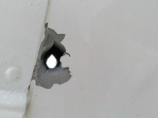 Tiro foi próximo ao tanque de combustível do avião (Foto: Voe Floripa/Divulgação)