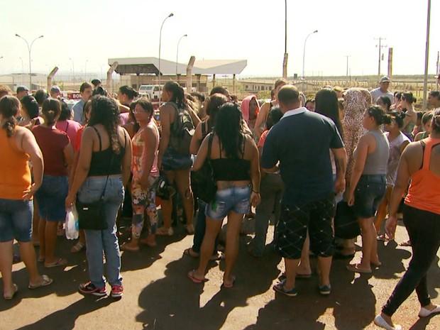 Familiares dos presos ficaram em frente ao CPP nesta sexta-feira (30) em busca de informações (Foto: Reprodução/EPTV)